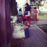 Sikający Chłopiec Pod świątymią
