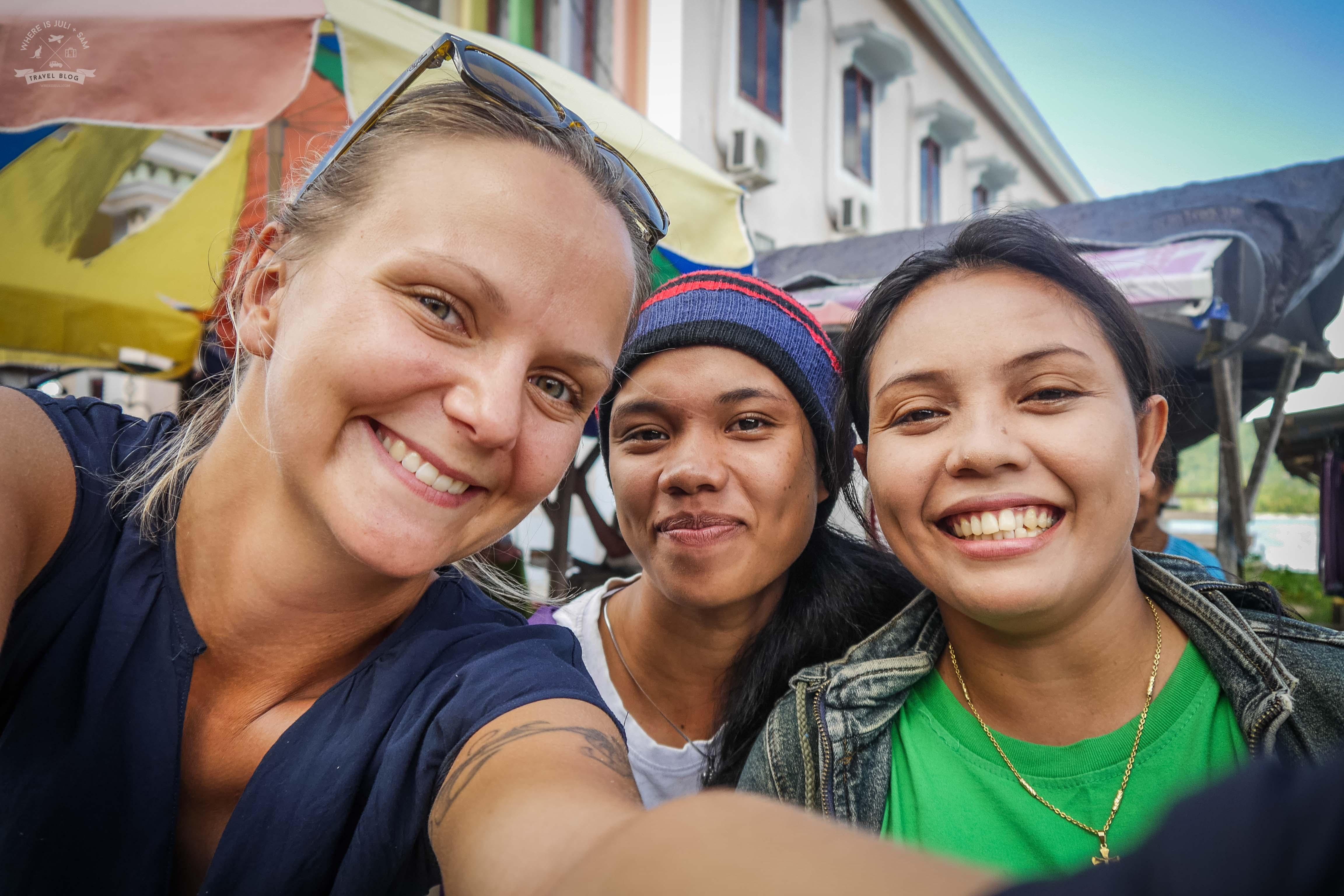 Julia i miejscowe dziewczyny na Wyspach Korzennych