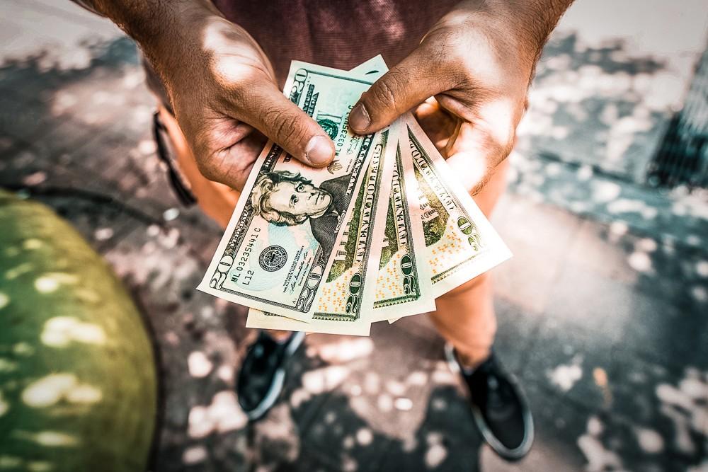 Jak przelewać pieniądze mieszkając za granicą