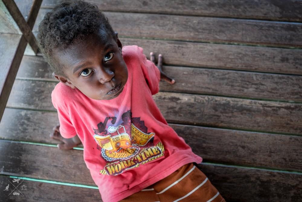 Chłopiec z Wysp Salomona leżący na pomoście