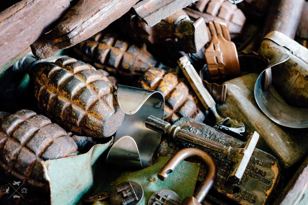 Kolekcja starych rozbrojonych granatów z Drugiej Wojny Światowej