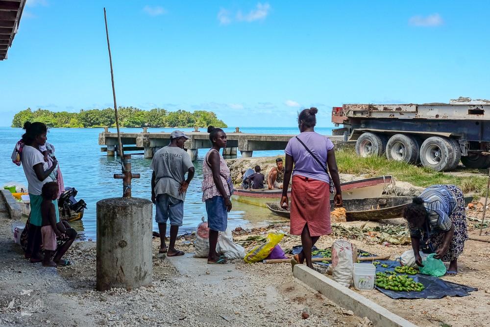 Mieszkanki Wysp Salomona robiące zakupy na małym targu