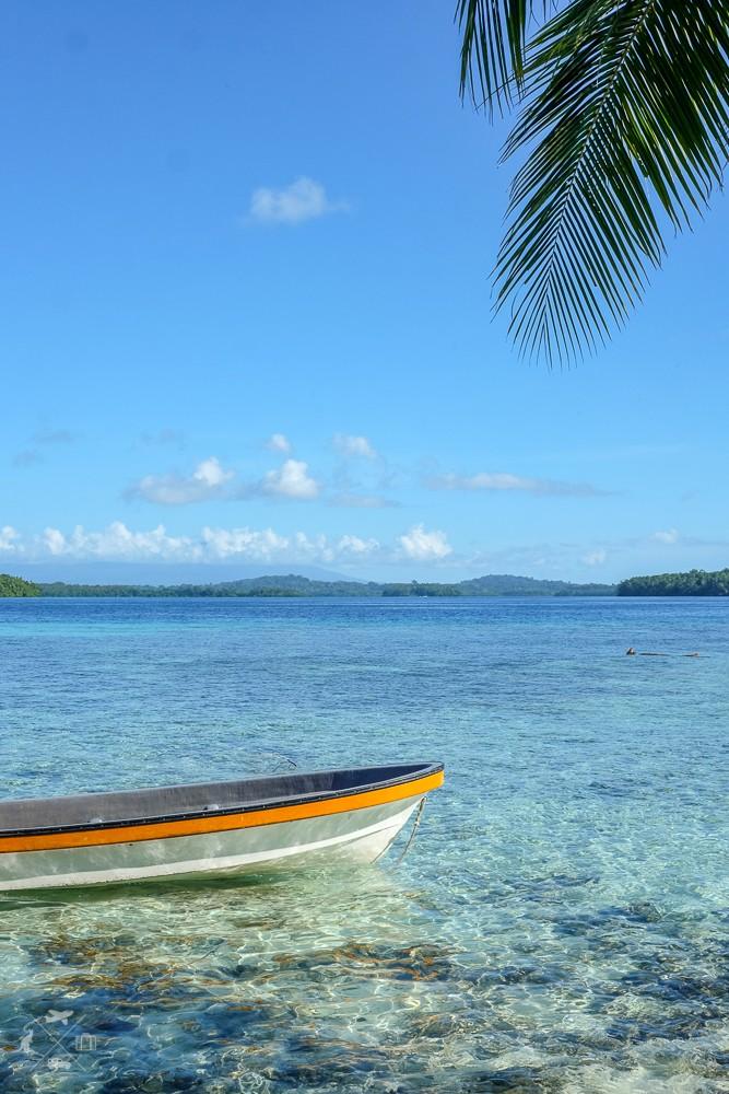 Łódka zakotwiczona przy Wyspie Czaszek na Wyspach Salomona